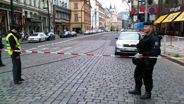 Полицейское оцепление возле места взрыва в Праге