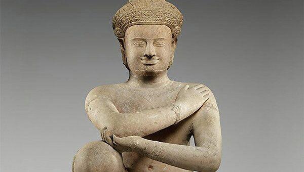 Одна из скульптур коленопреклонные служители
