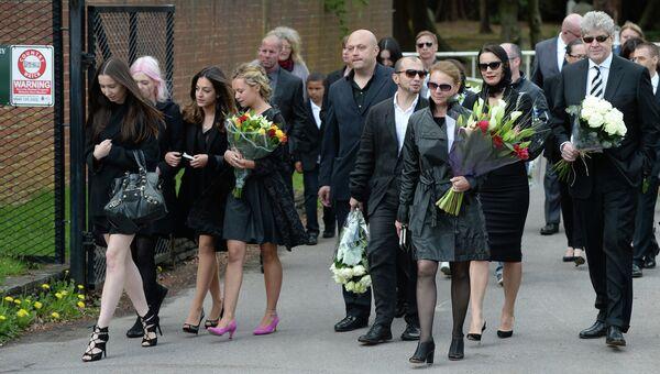Гости прибывают на кладбище Бруквуд, где, предположительно, пройдут похороны бизнесмена Бориса Березовского
