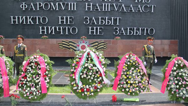 Церемония возложения венков к Вечному огню в Душанбе. Архивное фото