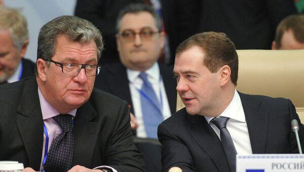 Дмитрий Медведев (справа) и Сергей Приходько. Архив