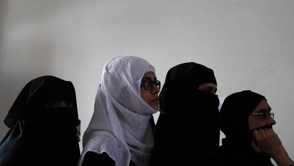 Женщины голосуют на выборах в Пакистане