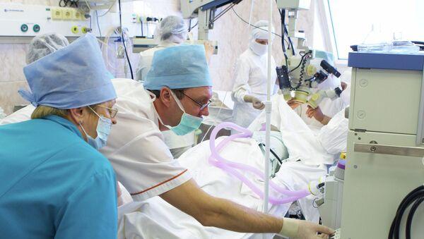 Анестезиологический контроль состояния пациента во время операции. Архивное фото