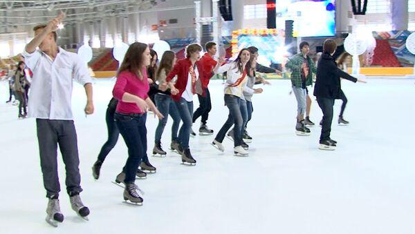 Школьники катались на коньках и пели караоке на Последнем ICE звонке