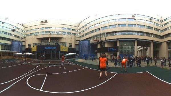 Уилл Смит на баскетбольной площадке в РИА Новости. Панорамная съемка