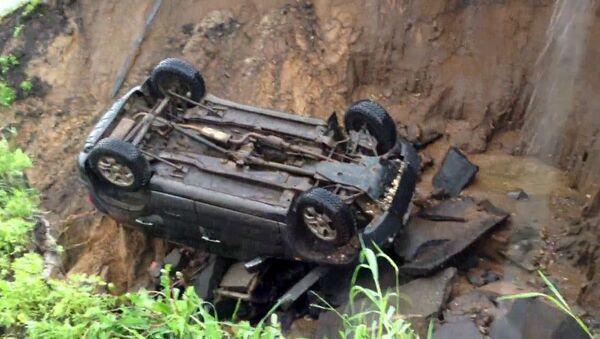 Машина провалилась в яму на набережной после ливня в Ярославле