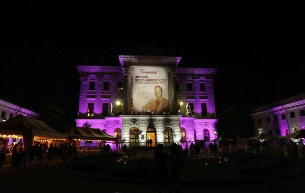 Дом Пашкова с плакатом во время проведения церемонии вручения премии Олега Янковского Творческое открытие 2012-2013