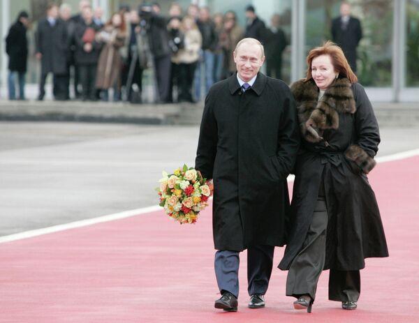 <br><br>На фото: 15 ноября 2006 года. Владимир Путин с супругой Людмилой Путиной во время встречи президента США в столичном аэропорту Внуково-2