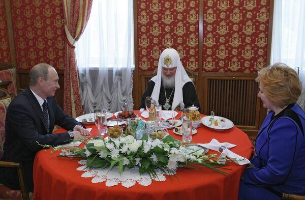 <br><br>На фото: Премьер-министр РФ Владимир Путин с супругой Людмилой прибыли в Храм Христа Спасителя