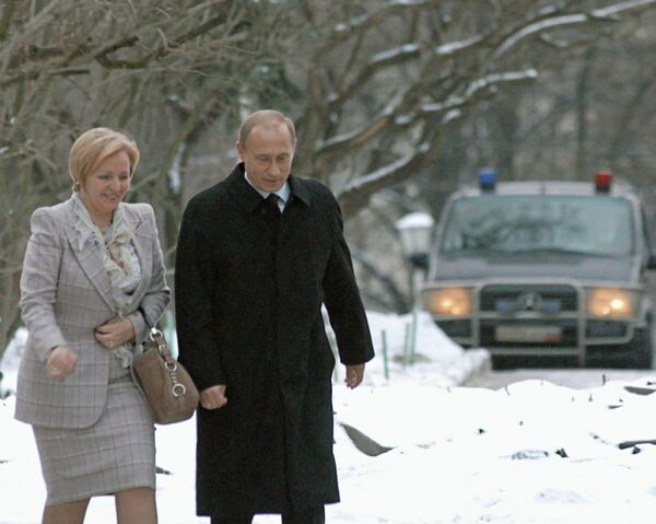 <br><br>На фото: 7 декабря 2003 года. Президент России Владимир Путин и его супруга Людмила на избирательном участке в день выборов депутатов в Госдуму и мэра Москвы