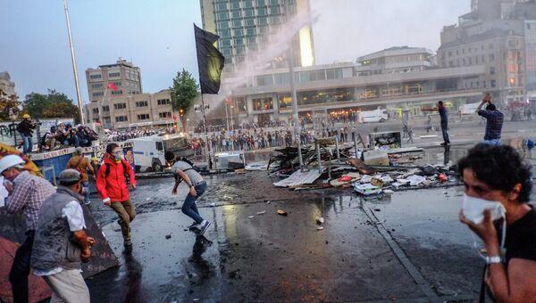 Разгон демонстрантов в парке Гези в Стамбуле, архивное фото