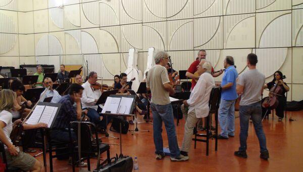 Репетицию оркестра проводит композитор Христос Леонтис