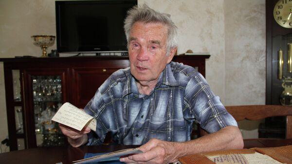 Сын погибшего солдата Владимир Смородин читает фронтовые письма отца