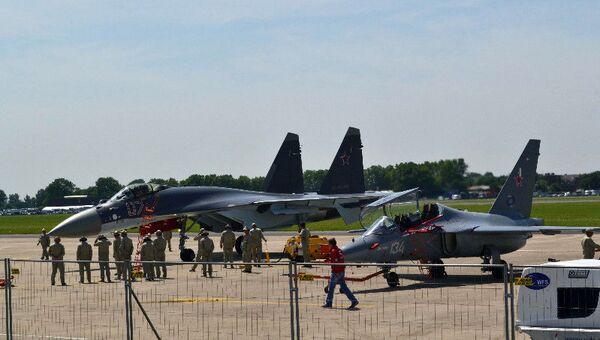 Су-35С (слева) и Як-130 (справа) на выставке в Ле Бурже