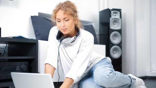 Скачивание музыки из интернета, архивное фото
