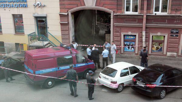 Сотрудники полиции на месте взрыва на Стремянной улице в Санкт-Петербурге