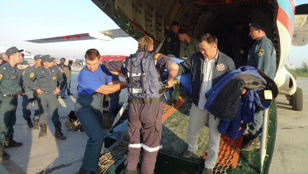 Перевозка постадавших во время крушения вертолета Ми-8 в Якутии