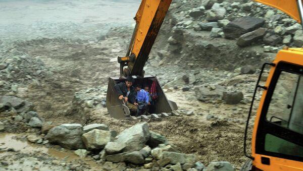 Спасательные операции на месте схода оползня в Китае