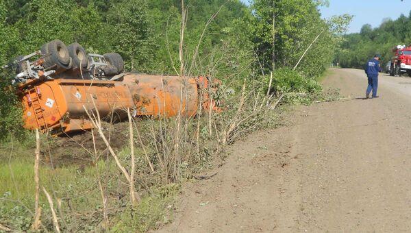 Автоцистерна с авиакеросином опрокинулась в Томской области