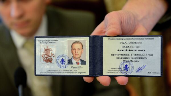 Удостоверение кандидата в мэры Москвы, полученное оппозиционным политиком Алексеем Навальным