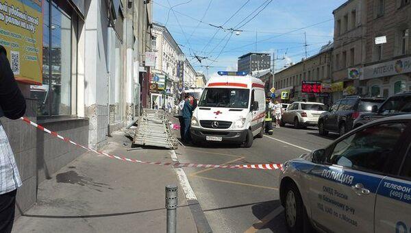 Вывеска упала на прохожих со здания в центре Москвы