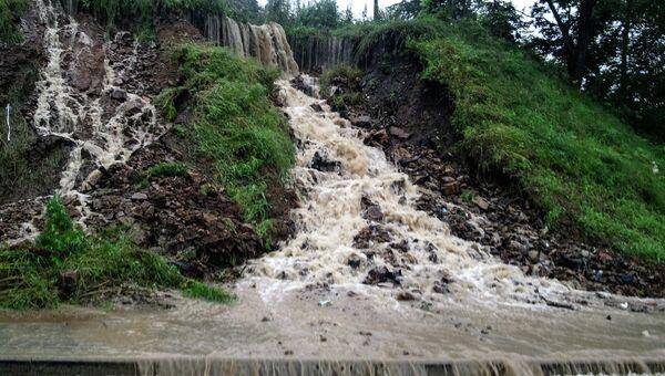Потоки воды у одной из дорог во Владивостоке