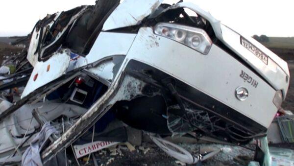 Перевернувшийся на трассе в Ставропольском крае автобус смяло и покорежило