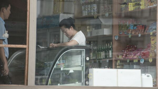 Продавец в магазине в Пхеньяне. Архивное фото