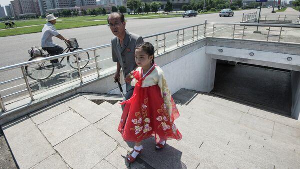 Жители Пхеньяна в центре города
