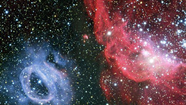 Телескоп VLT снял два контрастных газовых облака, окружающих молодые звезды в галактике Большое Магелланово облако
