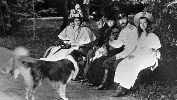 Николай II, Александра Федоровна и Ольга Александровна. Архивное фото