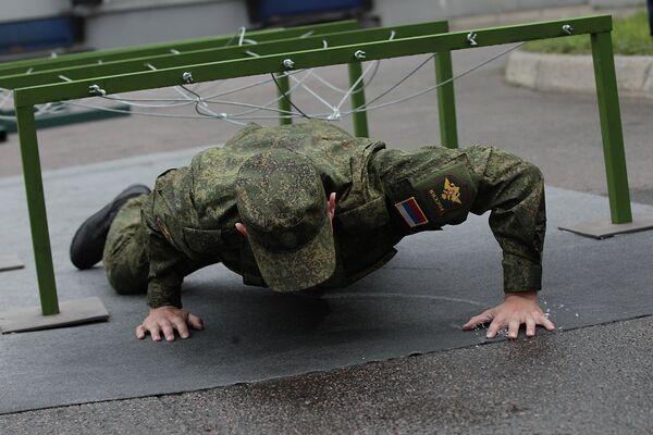Солдат-срочник во время демонстрации свойств летнего костюма