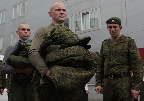 Солдаты-срочники перед демонстрацией образцов новой военной полевой формы