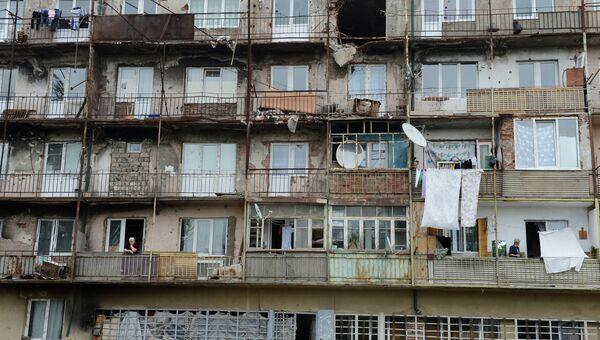 Аварийный пятиэтажный дом по улице Октябрьская в городе Цхинвал