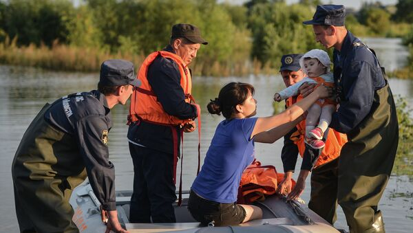 Сотрудники МЧС помогают жителям затопленной деревени в Нанайском районе. Архив