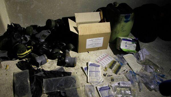 Химические материалы и противогазы на складе в пригороде Дамаска. Архивное фото