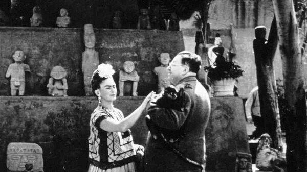 Диего Ривера и Фрида Кало на фоне своей коллекции доиспанского искусства. Мехико, 1943