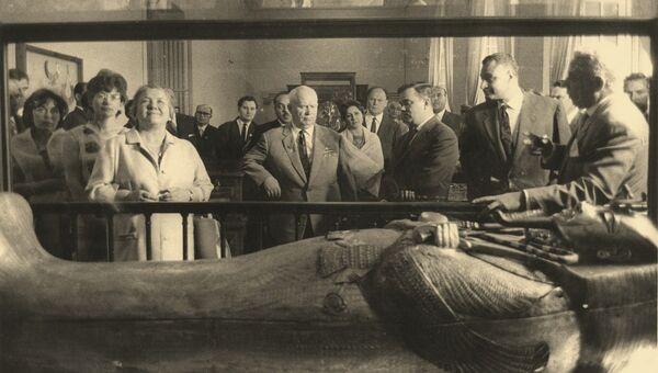 Н.С. Хрущев с семьей, Г.А. Насер и О.В. Ковтунович у саркофага Тутанхамона в Египетском музее Каира
