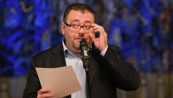 Генеральный директор театра Ара Карапетян во время традиционного сбора труппы. Архивное фото
