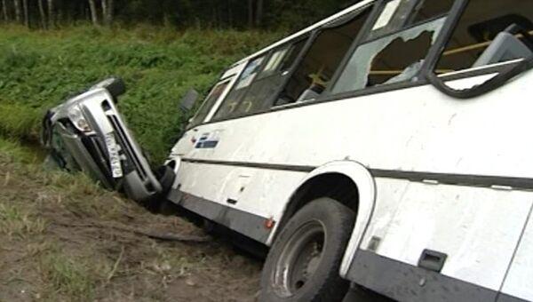 Автобус и легковушка слетели в кювет после столкновения под Петербургом