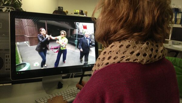 Девушка смотрит видео с нападением Божены Рынски на журналиста