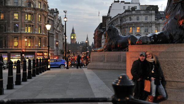 Горожане на Трафальгарской площади в Лондоне. Архивное фото