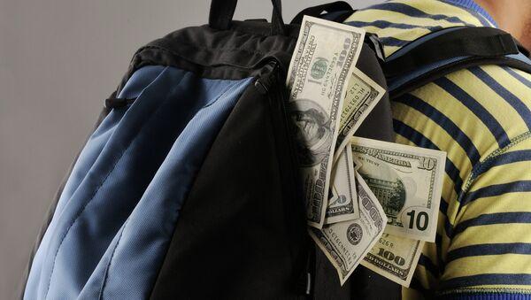 Рюкзак с деньгами, архивное фото