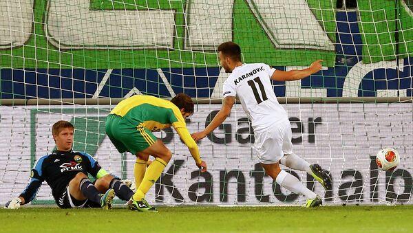 Нападающий Санкт-Галлена Горан Каранович забивает мяч в ворота Кубани