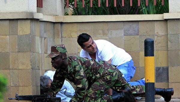Солдат кенийской армии у торгового центра в Найроби. Фото с места события