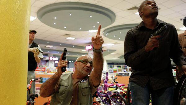 Сотрудники службы безопасности в торговом центре в Найроби