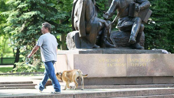 Памятник литературному герою Василию Теркину и его автору - поэту Александру Твардовскому, архивное фото