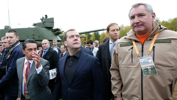 Дмитрий Медведев (в центре) во время посещения выставки RAE-2013