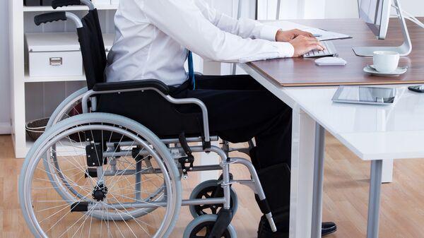 Человек с ограниченными возможностями за компьютером, архивное фото