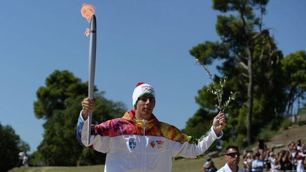 Первый факелоносец эстафеты огня XXII Олимпийских игр, греческий горнолыжник Яннис Антониу.